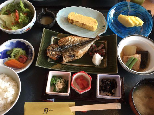 和定食。お魚は注文を受けてから炭火で焼き上げているとのこと。
