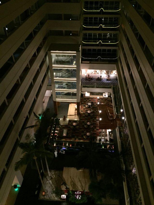 ホテルは海に向かってV字型になっていて、11階まで吹抜けになっています。エレベータからこんな眺めのなかお部屋に向かいます。