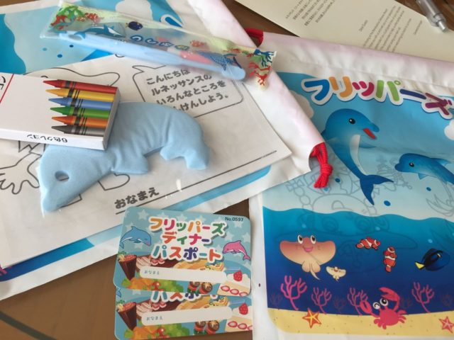 チェックイン時にいただけた子供用のアメニティ。歯ブラシやイルカ型のスポンジ、塗り絵やクレヨンが入っています。