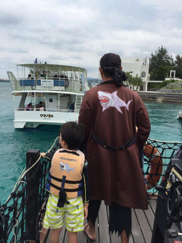 シャーク船長(=良い海賊の船長)と一緒に海賊船ブラックシャーク号で出港します。
