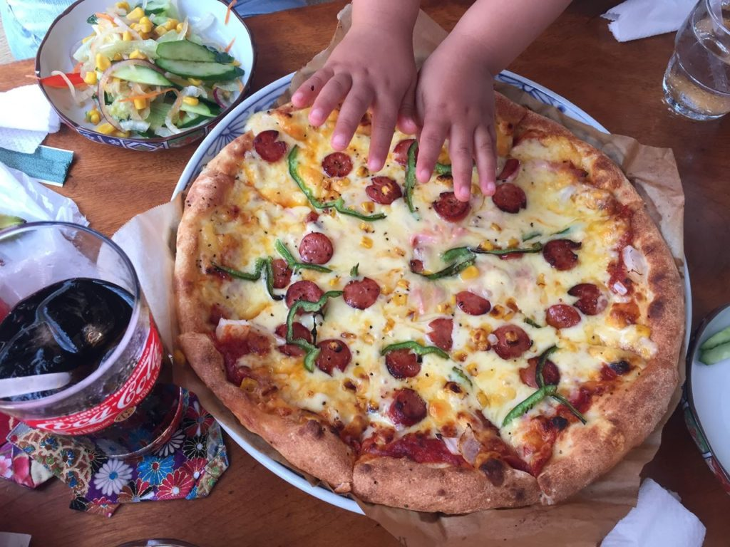 花人逢のピザ(中)。中と言いながらこのビックサイズ!