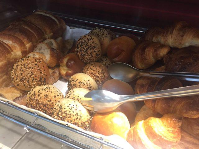 朝食のパン。とにかく人が多くパンを焼くのも一苦労でした。