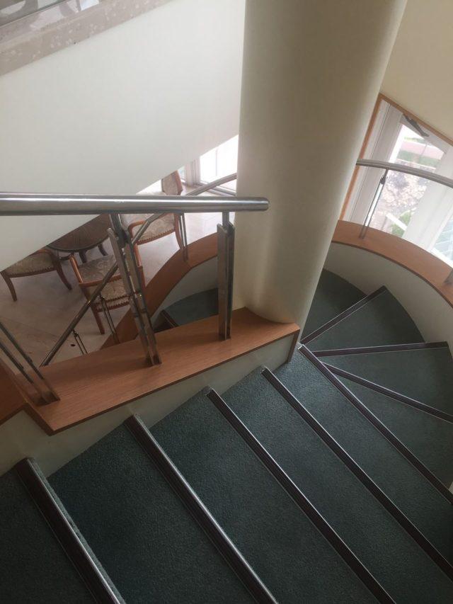 階段で下階と上階を行き来できます。