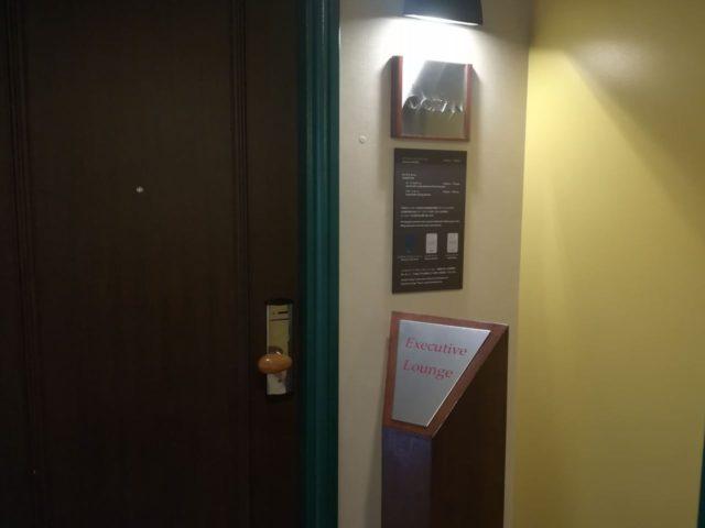 オーシャンはエグゼクティブ用カードをタッチしてドアを開けます。部屋のカードとは違うラウンジ専用カードが鍵になっているのでご注意ください。