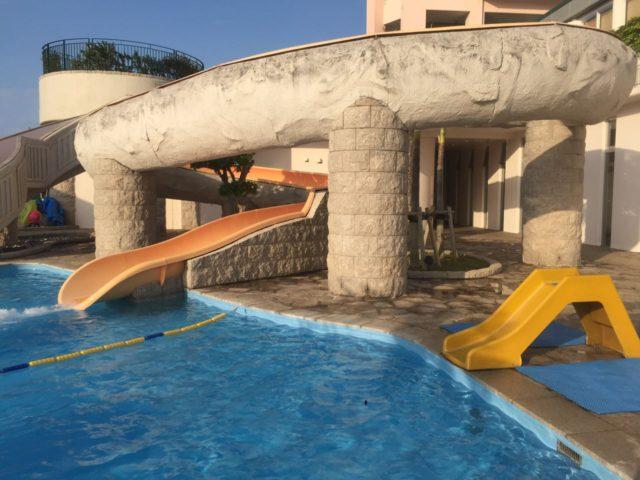 マリオット沖縄のプールはこのスライダーが売りの1つです。