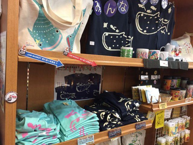 こちらはお土産物がおいてあるお店から。ペアTシャツが売っています。
