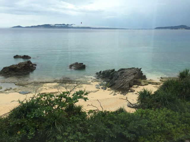 こちらはカフェからビーチを撮った写真です。磯遊びが楽しめます。