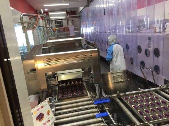 御菓子御殿恩納店にはお菓子の製造工程が見学できるコーナーがあります。ちょうど作業をされている方がいて長男がかぶりつきで見学していました。