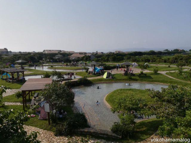 広大なじゃぶじゃぶ池。ここに写っている範囲で半分ぐらいです。