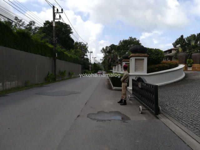 JWマリオット・プーケットの正門をでて右側の写真。ホテル警備の方がいます。