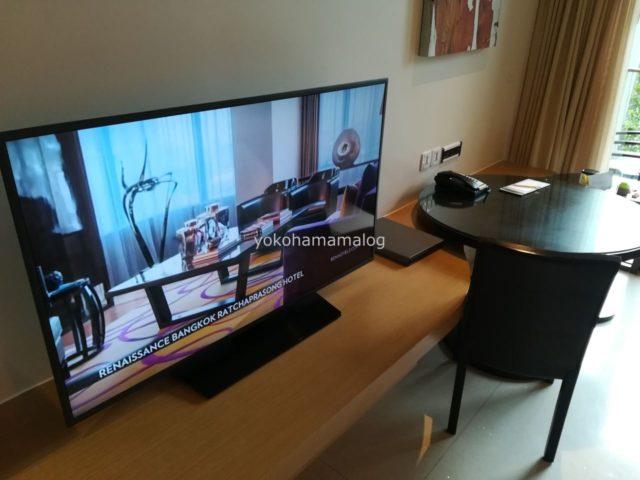 テレビとデスクです。テレビは50インチかな?