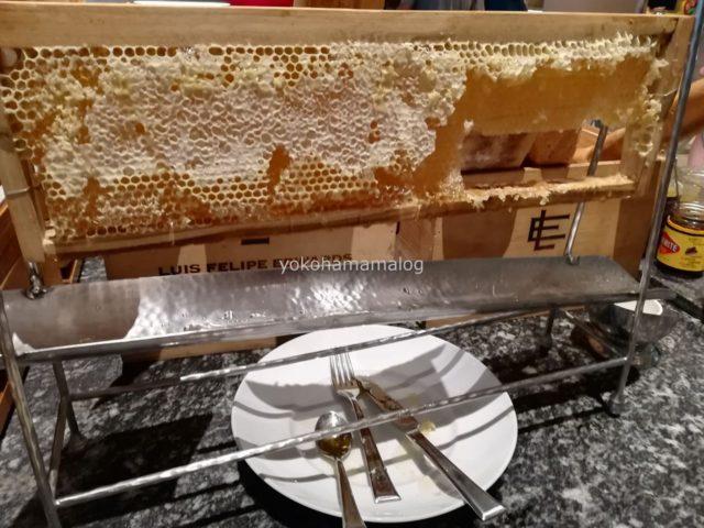 はちみつが「ハチの巣」の状態で提供されています。初めて見ました。