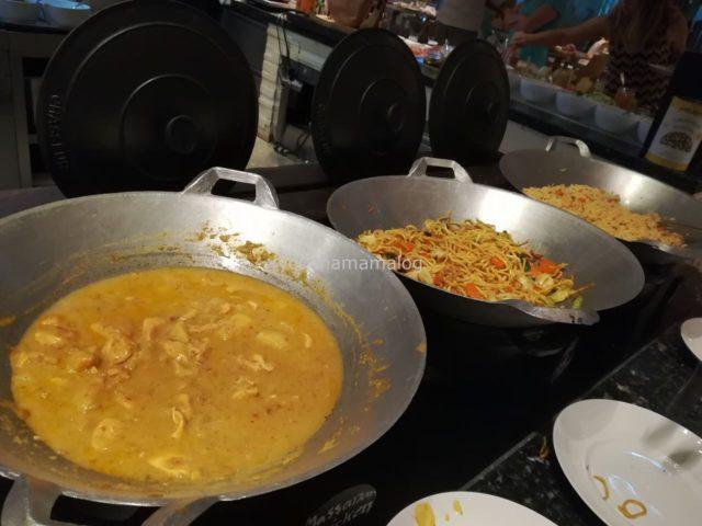 タイ料理コーナー。カレーと焼きそばと焼き飯です。カレーは日替わりで味(色)が変わります。