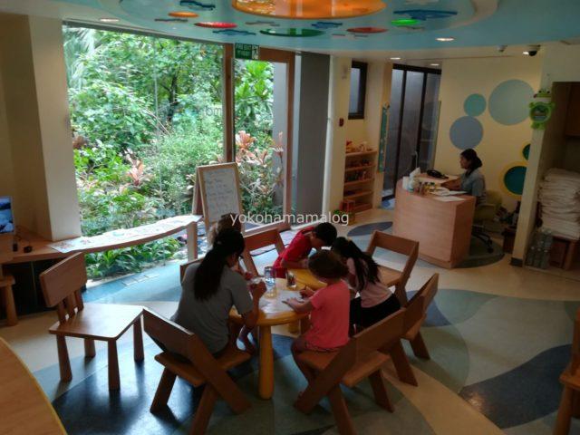 ルネッサンスプーケットのキッズクラブ。女の子や小さい子はお行儀よくテーブルでアクティビティに参加しています。