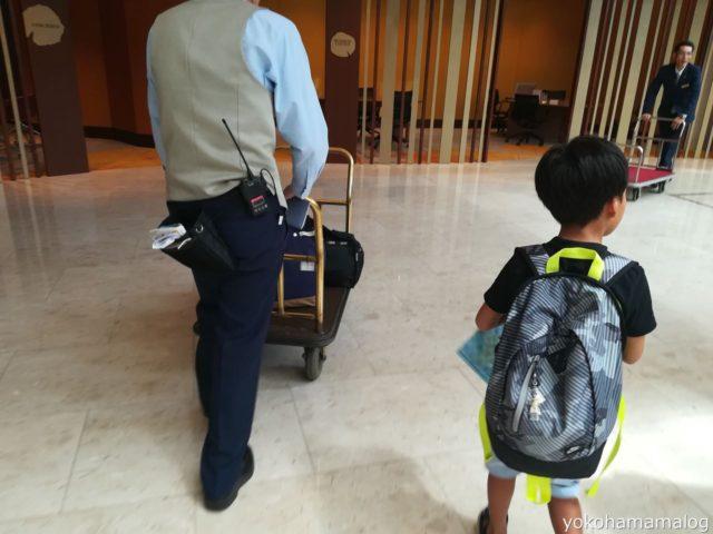 ベル係の方にお荷物を運んでいただきました。