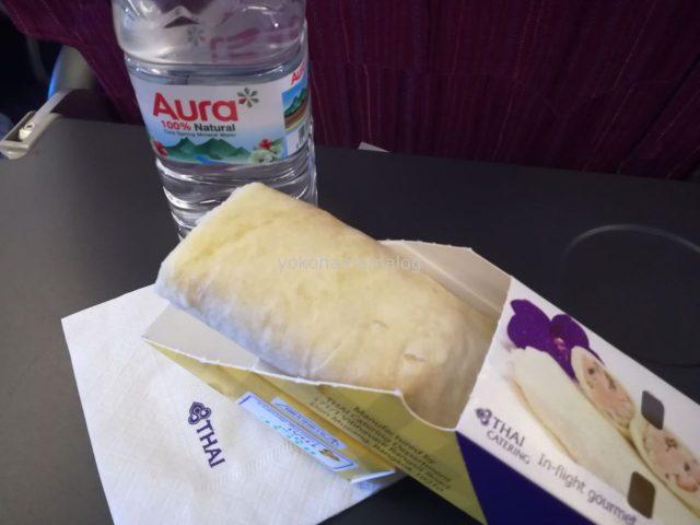 プーケット行の国内線の機内食。ブリトーみたいな軽食です。これが思いのほか美味しかった!