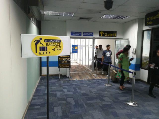 プーケット空港ではこちらのシールマークに方向に進みます。