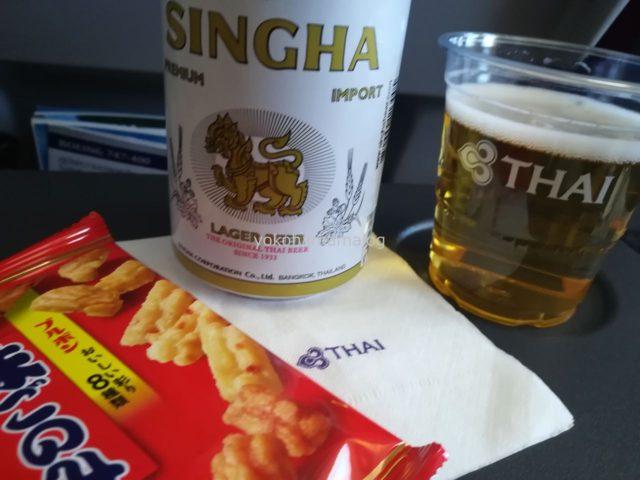 タイで一番メジャーなビール「シンハー」とおつまみの味ごのみ。不思議な組み合わせです。