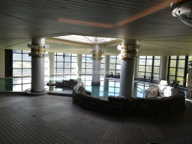 休憩スペースの窓から見えるスパ。深さは90㎝と浅めで子どもが遊ぶのにピッタリの温水プールです。