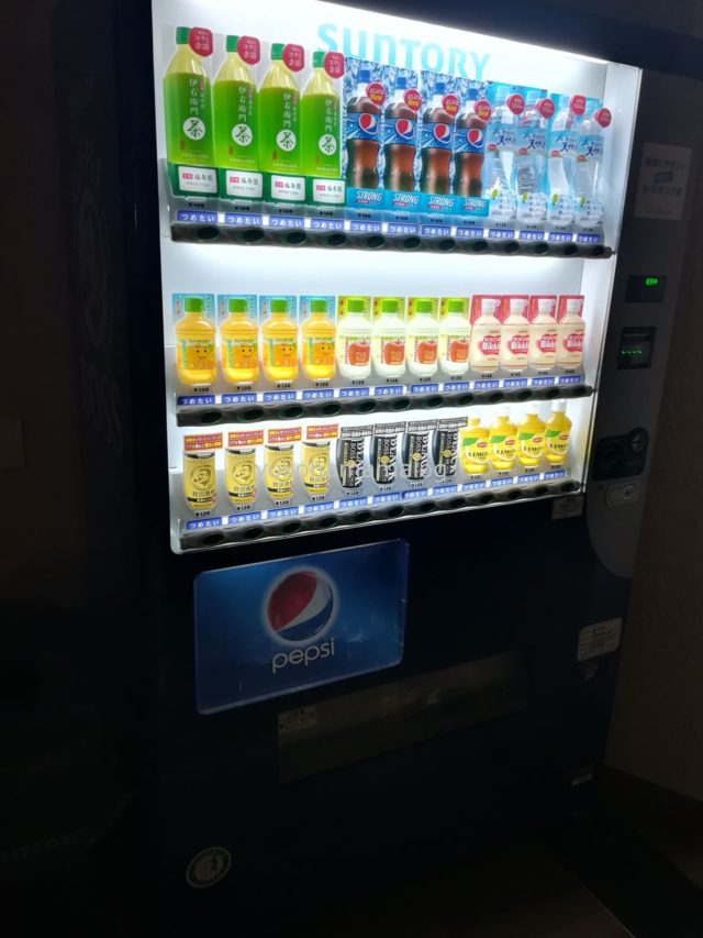 3階の自動販売機。130円からの良心価格です。