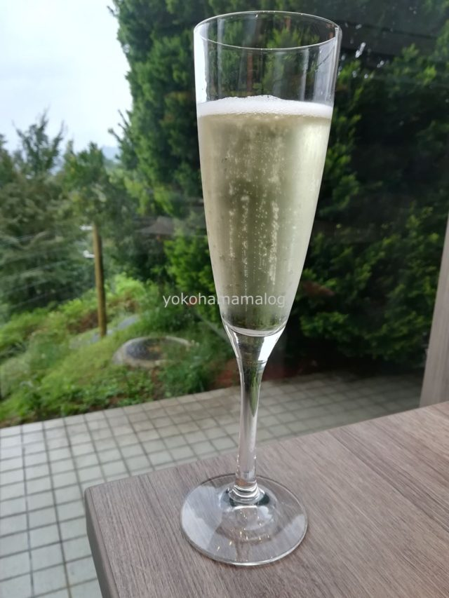 お昼からスパークリングワインを(無料で)いただける幸せ・・・。