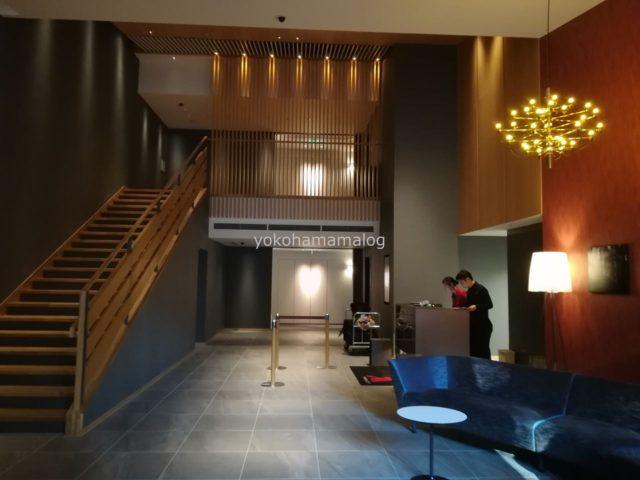 軽井沢マリオットのノースウイング棟のフロントです。56部屋しかない新棟ですのでこじんまりですね。