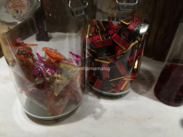 軽井沢マリオットのカクテルタイムのスナック。軽いおつまみ(乾きモノ)とマリオットチョコレートもありました。