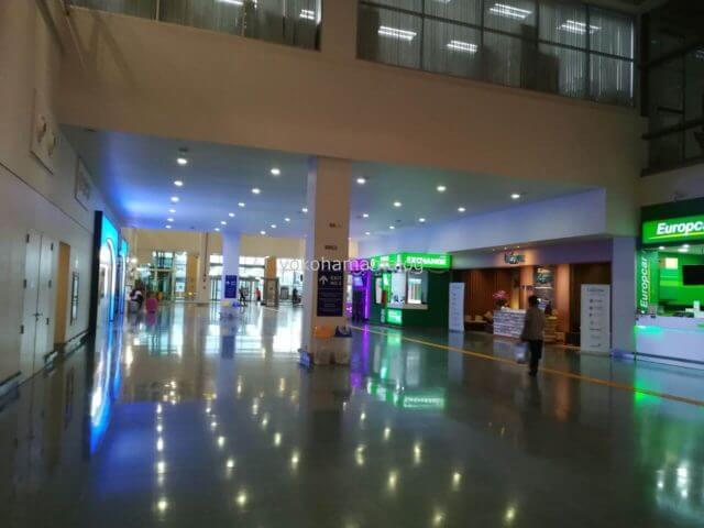 プーケット国際空港の5、6番出口方向。