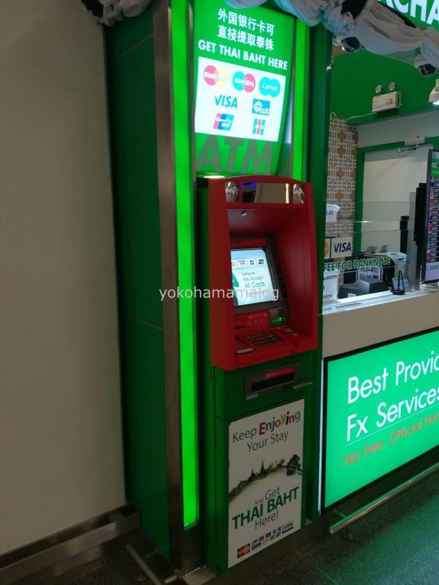 タイプーケット国際空港ATMはなんと両替所の脇にありました。