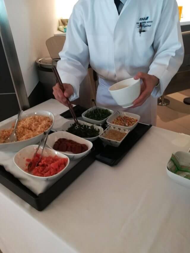 羽田空港国際線ANAラウンジのシェフサービス。シェフがお茶漬けを作ってくれます。