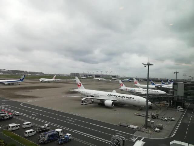 羽田空港国際線ANAラウンジからの眺望。飛行機が一望できます。