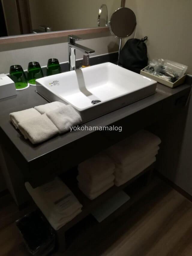 温泉露天風呂付デラックスルームのシンク回り。使いやすくまとまっています。
