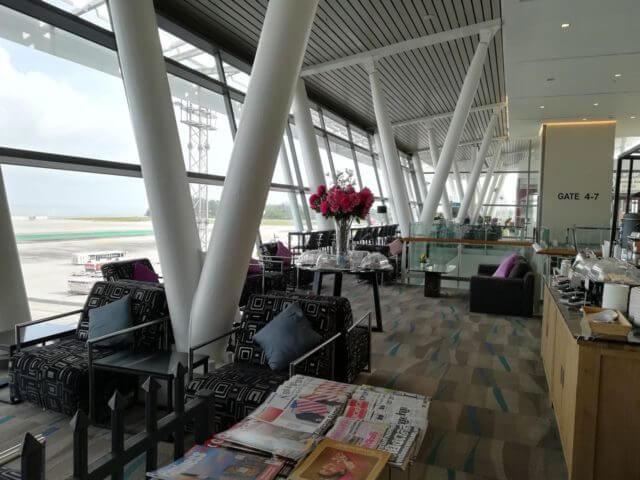 新プーケット国際空港のタイ国際航空ラウンジは縦長になっています。