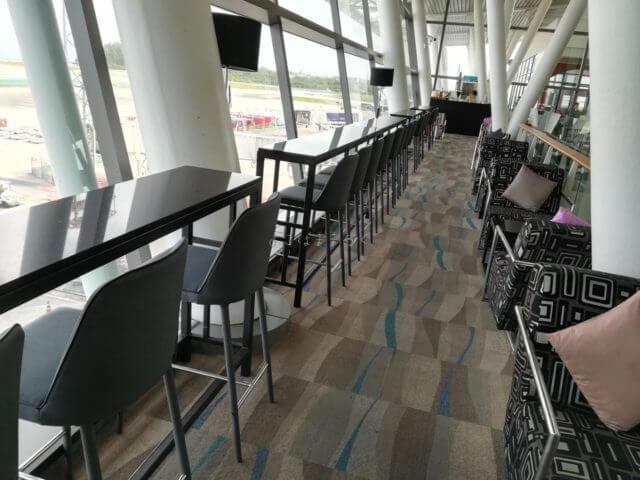 新プーケット国際空港のタイ国際航空ラウンジのカウンター