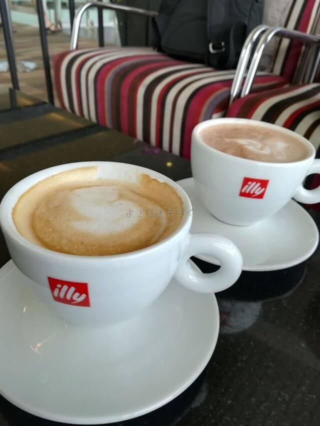 カウンターで注文したカフェラテ