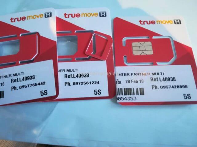 TrueMoveのSIMカード。SIMカードのサイズは手で割って調整します。