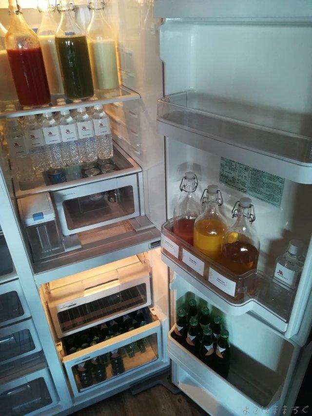 冷たい飲み物は冷蔵庫の中に。
