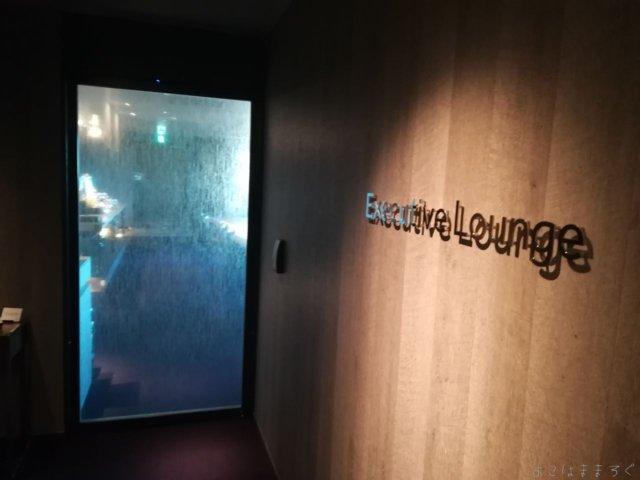 東京マリオットのエグゼクティブラウンジ入口はお部屋のカードキーを使ってのタッチカード式です