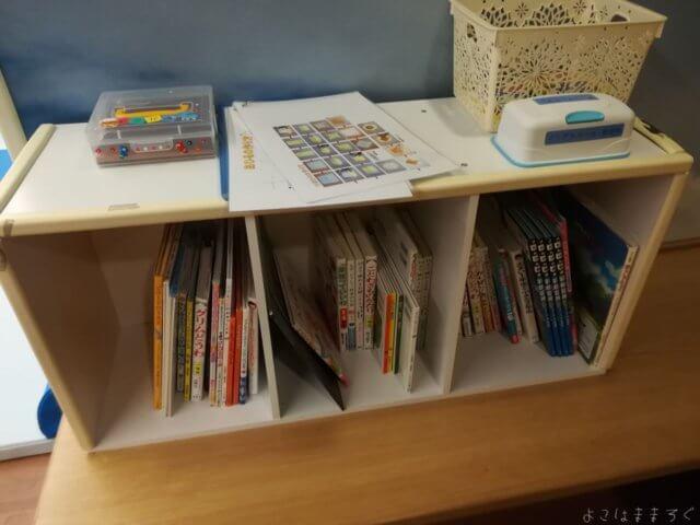 ANAキッズラウンジの本棚です。けっこう数がありますね。