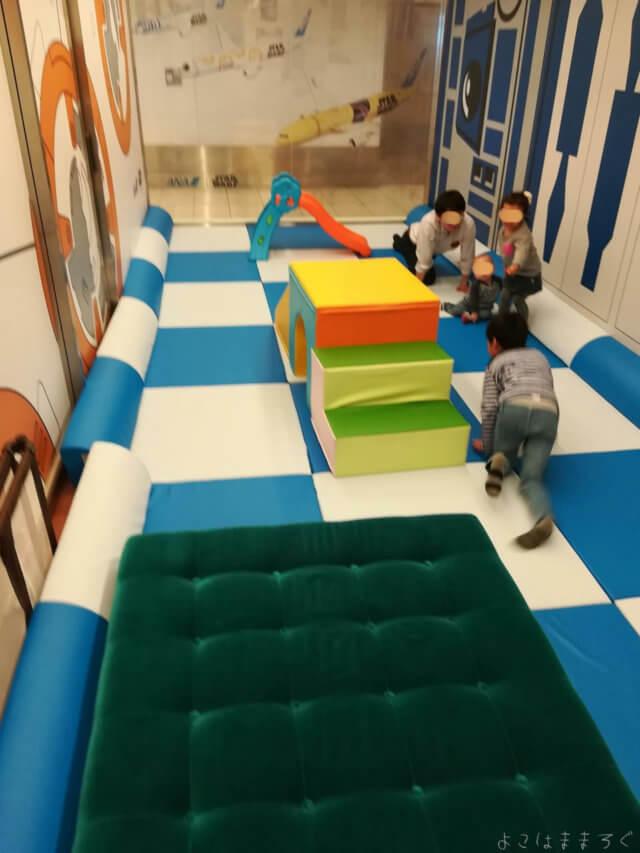 部屋はソフトタイプの床になっています。どちらかというと小学生未満向けでしょうか。