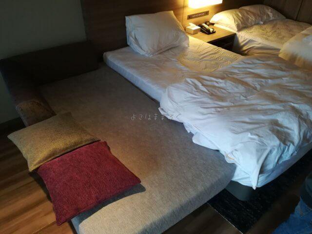 ソファーを動かしてベッドに付ければ添い寝も簡単です。