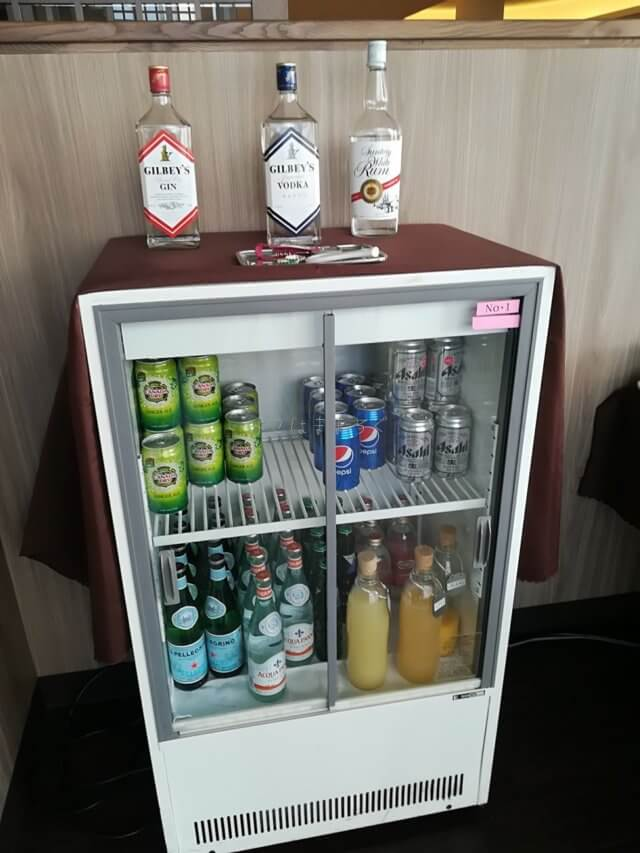 ラウンジでは無料でアルコールがいただけます。