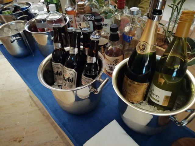 富士マリオット山中湖のラウンジではビールなどアルコールが無料で楽しめます。