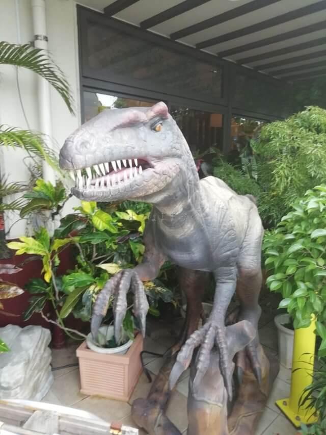 御菓子御殿名護店には恐竜がたくさんいます。