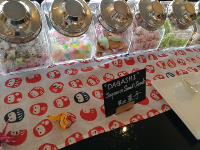 ちょっと珍しいのがこちらの駄菓子コーナー。外国人にはうれしいかもしれないですね。